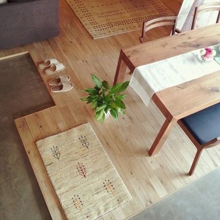 フローリングとテーブル